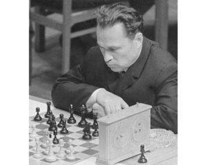 Гроссмейстер Ратмир Холмов.