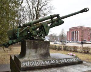 Так первоначально выглядел монумент советским воинам в Екабпилсе.