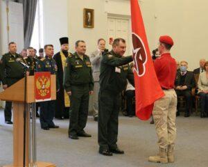 Заместитель министра обороны России генерал армии Дмитрий БУЛГАКОВ вручает знамя отряду «Юнармии» ВА МТО.